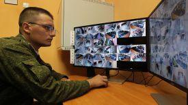 Гвардии лейтенант Николай Ярец работает с системой видеонаблюдения