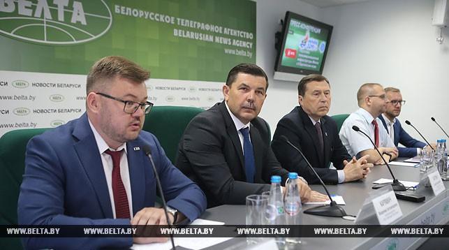 Алексей Тяжких (слева) во время пресс-конференции