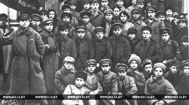 Группа витебских комсомольцев, отправляющихся на фронты гражданской войны по комсомольской мобилизации. 1919 год