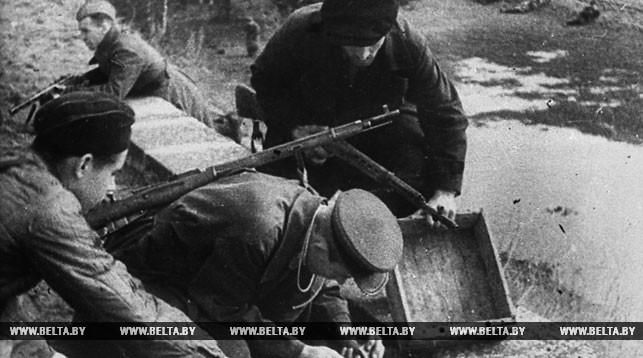 Партизаны минируют мост. 1943 год