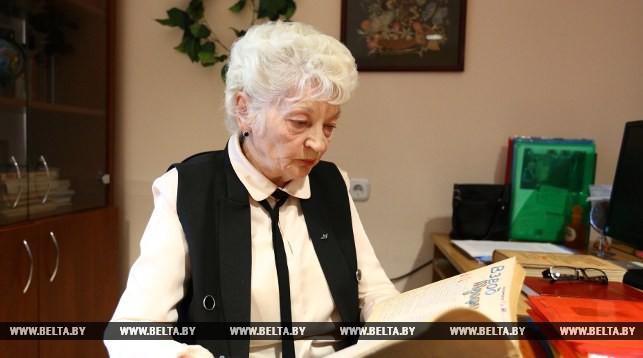 Ведущий научный сотрудник Белорусского государственного музея истории ВОВ Наталья Филиппович с партизанским журналом