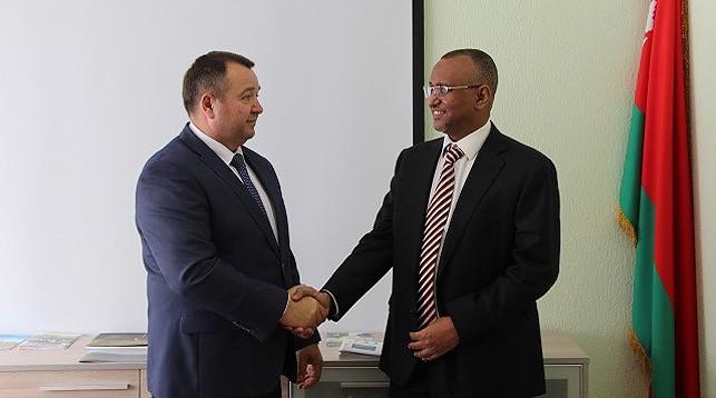 Андрей Худык и Нур аль-Даием Абд аль-Гадир Хамад аль-Ниел. Фото Министерства природных ресурсов и охраны окружающей среды