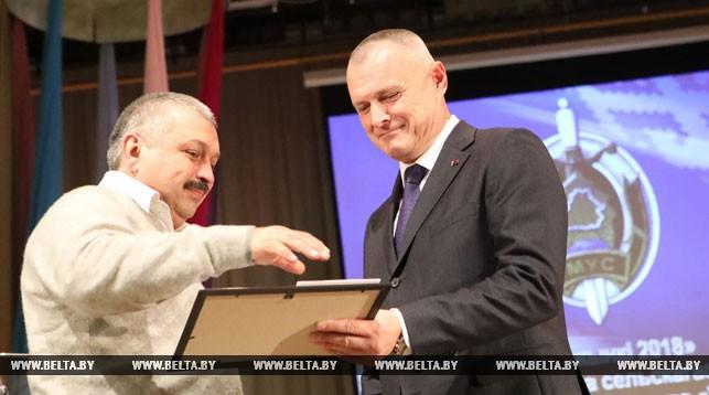 Игорь Шуневич награждает слесаря-ремонтника Халиля Салимжанова.