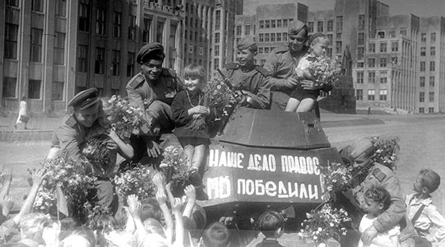Встреча советских воинов-победителей в Минске в 1945 году