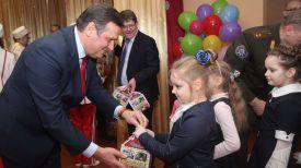 Заместитель премьер-министра Анатолий Калинин вручает подарки детям