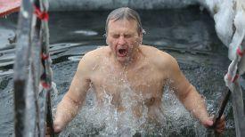 Крещенское купание в Комсомольском озере. Фото из архива