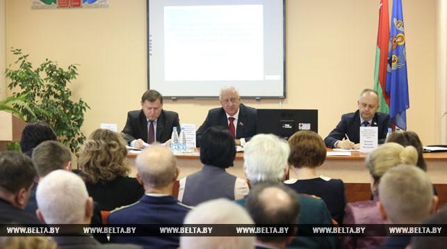 Председатель Совета Республики Национального собрания Михаил Мясникович во время встречи с населением Ленинского района.