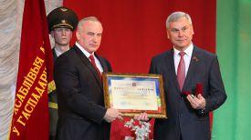 Николай Шерстнев вручает почетный диплом Владимиру Андрейченко