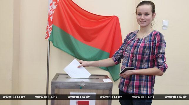 Впервые голосует Вероника Рыжанкова на участке для голосования №5 в г. Витебске