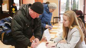 Михаил Лискович принимает участие в голосовании на участке для голосования №7 в Гродненской городской гимназии