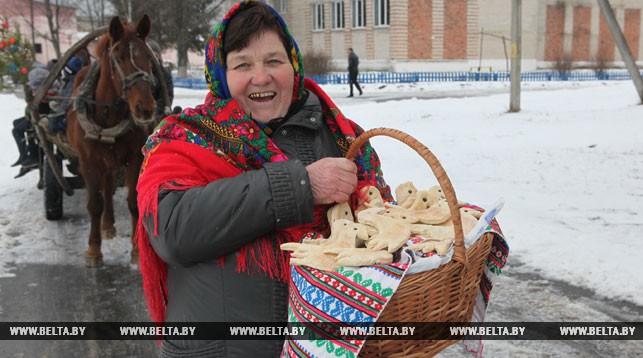 "Участница праздника Мария Дубейко угощает всех ""чырачкамi"""