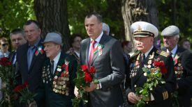 Председатель Миноблисполкома Анатолий Исаченко и ветеран Великой Отечественной войны Владимир Парабкович