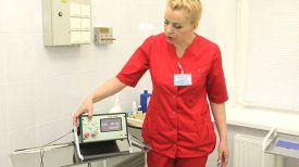 Врач-онколог-хирург отделения общей онкологии и реабилитации Ирина Концевенко с новым аппаратом