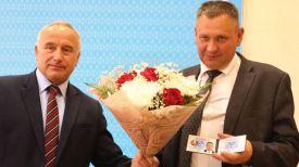 Николай Шерстнев вручает удостоверение Игорю Исаченко