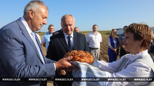 Хлебом-солью встречают председателя правления Банка развития Беларуси Сергея Румаса и Николая Шерстнева