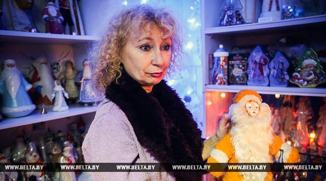 Анна Ковалева держит фигурку Деда Мороза из г.Иркутска