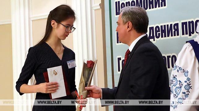 Владимир Привалов вручает диплом Анастасии Моисеевой