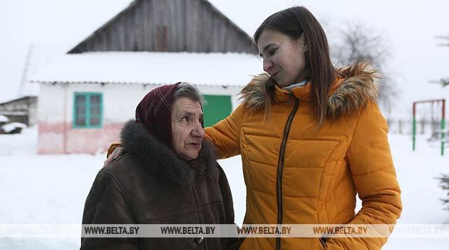 Жительница д. Селивановцы Анна Габрукевич и педагог-организатор Лойковской средней школы Мария Гаврилик