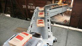 Загрузка цемента. Фото из архива