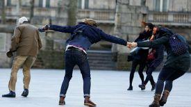 Люди пытаются устоять на ногах на ветру. Фото Reuters