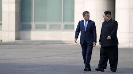 Мун Чжэ Ин и Ким Чен Ын. Фото EPA