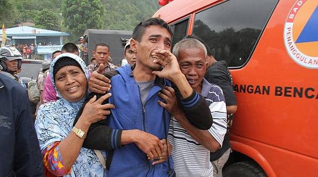 Один из выживших и члены его семьи. Фото Reuters