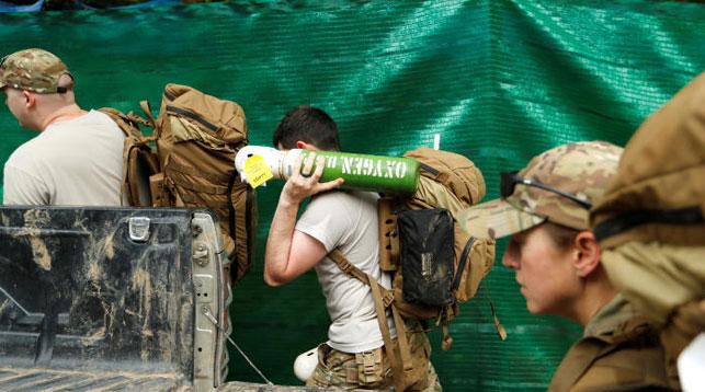 Американские военные доставляют к месту операции кислородные баллоны. Фото Reuters