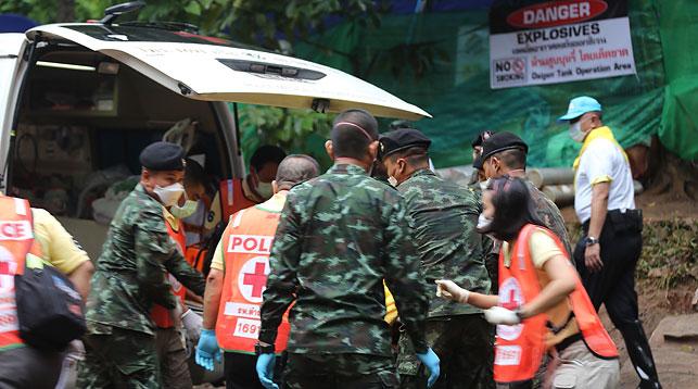 Спасатели транспортируют одного из эвакуированных. Фото Синьхуа - БЕЛТА