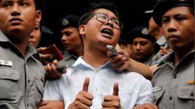 Корреспондент Рейтер Ва Лоун после вынесения ему приговора в суде Янгона. Фото Reuters