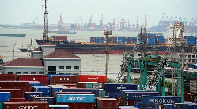 Грузовые контейнеры в порту Шанхая. Фото Reuters