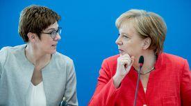 Аннегрет Крамп-Карренбауэр и Ангела Меркель. Фото World News
