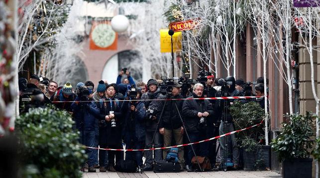 Журналисты на месте происшествия в ожидании информации. Фото Reuters