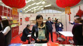 Китайская писательница Вен Чжень на выставке