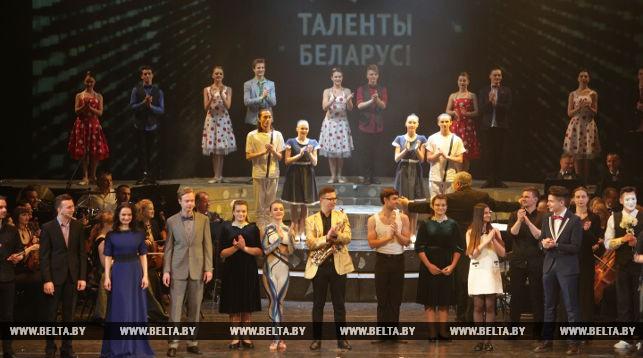 На сцене участники концерта