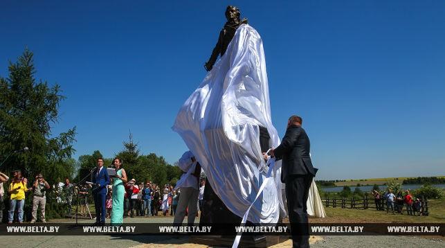 Председатель Ивацевичского райисполкома Александр Грицук и скульптор Геннадий Лойко на торжественном открытии памятника