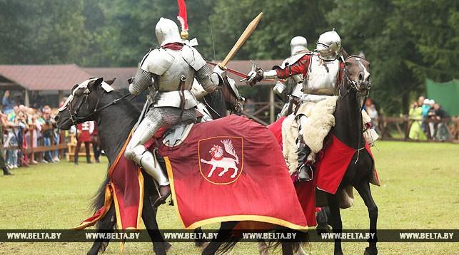 Во время конного турнира