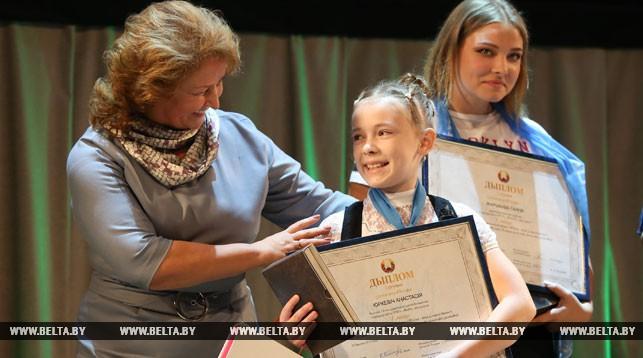 Заместитель министра образования Раиса Сидоренко вручила диплом Анастасии Юркевич