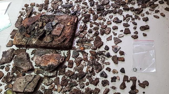 Фрагменты найденной книги и монета. Фото музея-усадьбы им. Тадеуша Костюшко - БЕЛТА
