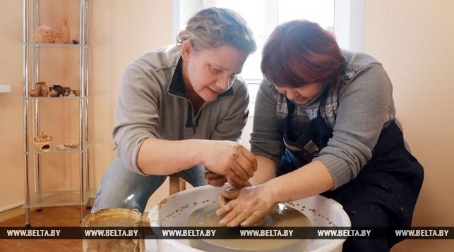 Ольга Кульшицкая и ремесленник-гончар Александра Черткова во время занятий