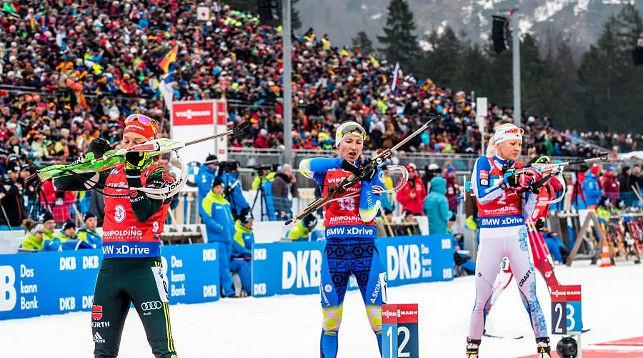 Лаура Дальмайер, Дарья Домрачева и Кайса Мякяряйнен готовятся к заключительной стрельбе. Фото IBU