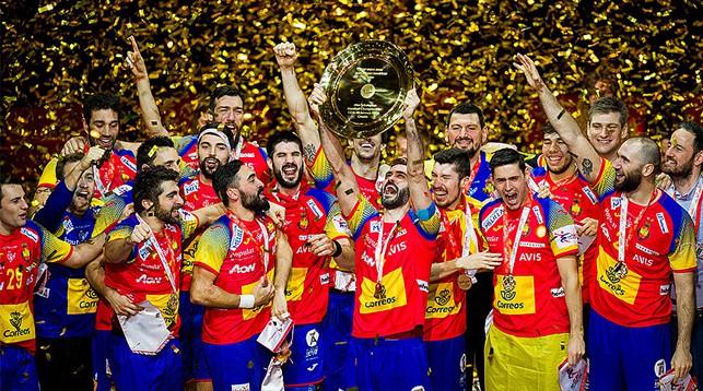 СБорная Испании с трофеем. Фото EHF