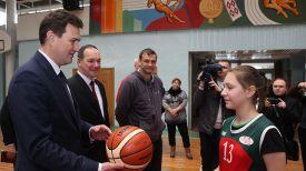 Максим Рыженков вручает мяч учащейся Осиповичской районной ДЮСШ