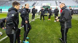 Белорусские футболисты проводят тренировку на стадионе в Любляне. Фото АБФФ