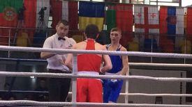 Дмитрий Асанов (в синем) во время полуфинального поединка с Отаром Навериани. Фото Белорусской федерации бокса
