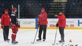 Тренеры сборной Беларуси проводят очередное занятие перед поездкой на чемпионат мира. Фото ФХБ