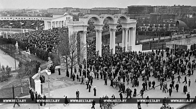"""Центральный вход на стадион """"Динамо"""" с улицы Кирова. 1957 год"""