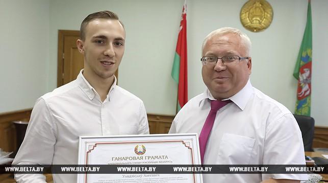 Владимир Терентьев вручает почетную грамоту Национального собрания олимпийскому чемпиону Владиславу Гончарову