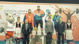 Эдуард Зезюлин (в центре). Фото Российской федерации тяжелой атлетики