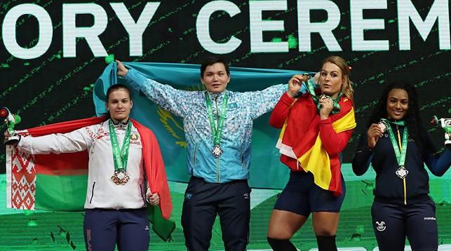Дарья Наумова (слева). Фото Международной федерации тяжелой атлетики
