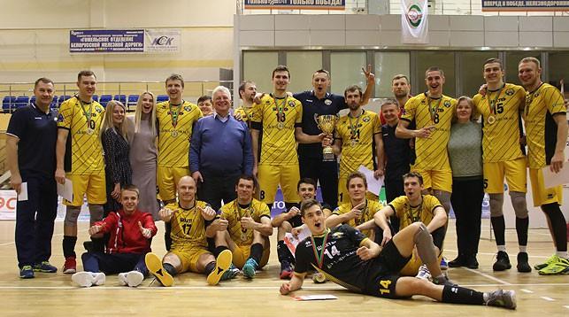 Солигорские волейболисты с трофеем. Фото Белорусской федерации волейбола